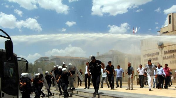 Diyarbakır Belediyesi'ni Şoförler Bastı, Ortalık Savaş Alanına Döndü(2)