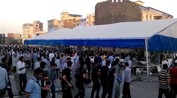 Diyarbakır'da Abd Konsolosluğu'nun İftar Çadirina Saldırıp Yıktılar