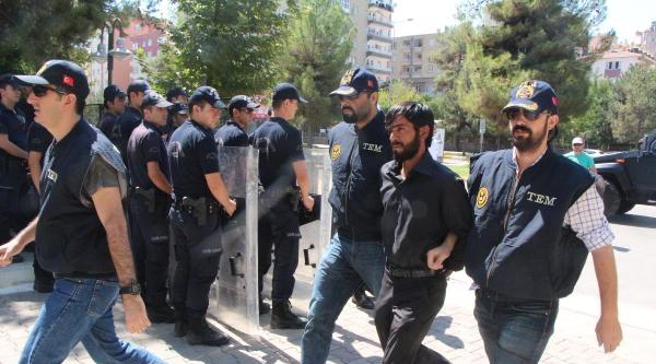 Diyarbakır'da Bayrak İndiren Şüpheli Adliyede