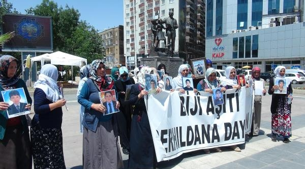 Diyarbakır'da Eylem Yapan Annelerden Pkk'nın '18 Yaş' Kararına Tepki