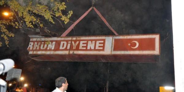 Diyarbakir'da 'ne Mutlu Türk'üm Diyene' Yazili Tabela Kaldirildi (Fotoğraflar)