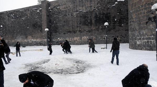 Diyarbakir'da Sendikacilar Polisle Kartopu Oynadi