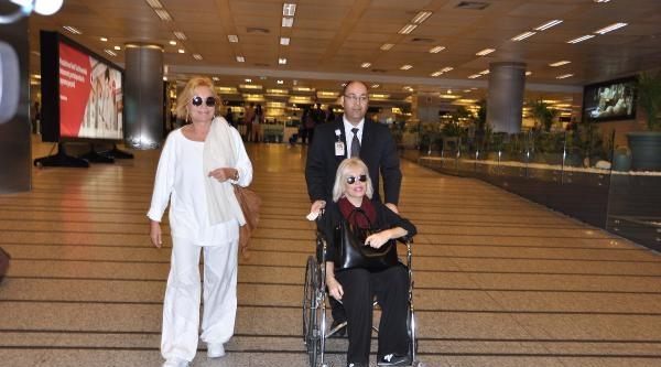 Dizinden Ameliyat Olan Ajda Pekkan Abd'den Tekerlekli Sandalye İle Döndü