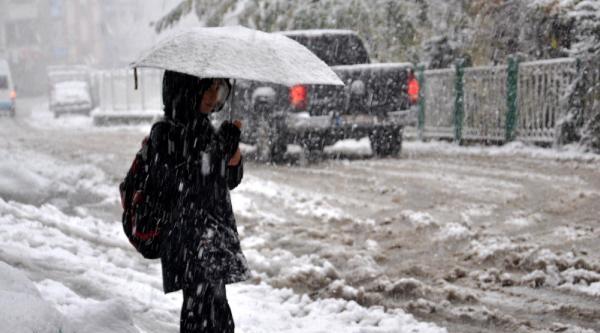 Doğu Karadeniz'De Kar Yollari Kapatti