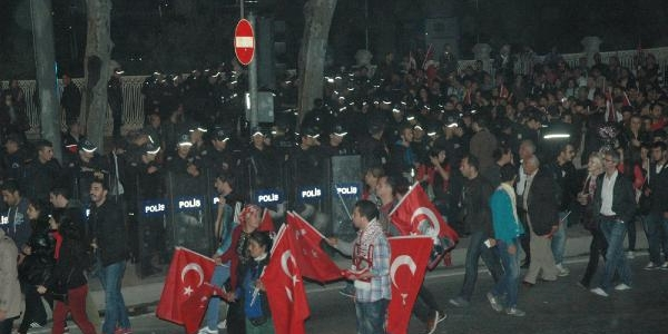Dolmabahçe Caddesi'ni Polis Trafige Kapadi