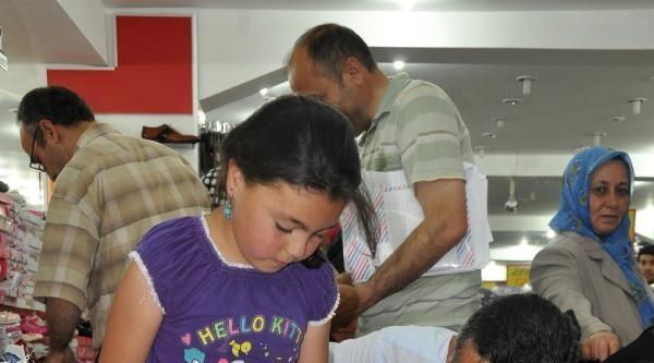 Dosteli Derneği'nden Bin Aileye Giysi Yardımı