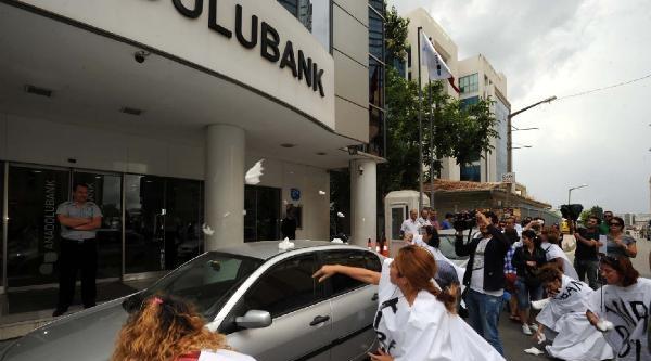 Döviz Mağdurları Kefen Giyip Bankaya Pamuk Attı