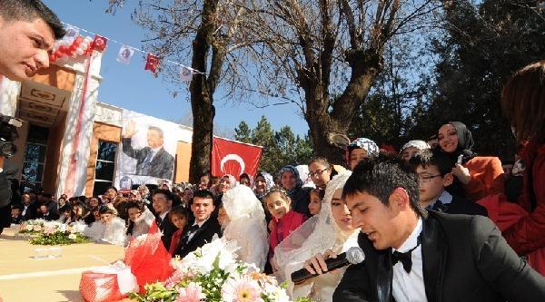 Düğün Salonunun Açılışında 25 Çiftin Nikahı Kıyıldı