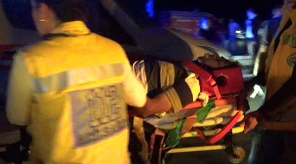 Düğünden Dönen Otomobil, Ambulansla Çarpişti 1 Ölü, 7 Yaralı