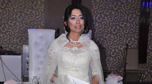 Düğününde Gelinliği İle Haber Sundu