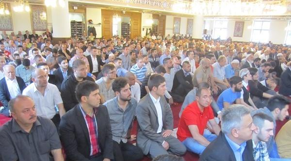 Duisburg'da Ramazan Bayramı Namazı İçin Müslümanlar Camilere Akın Etti