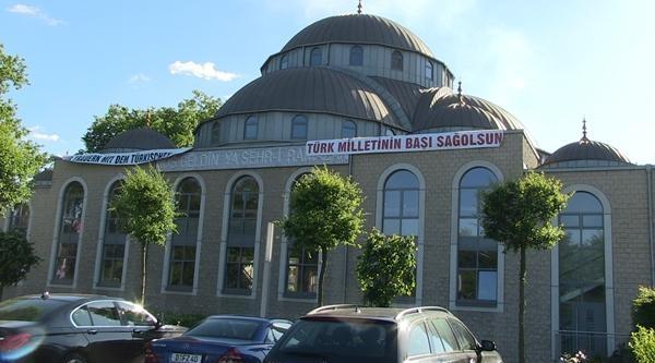 Duisburg'ta Cami Duvarına Başsağlığı Mesajı Asıldı