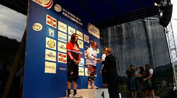 Dünya Dağ Bisikleti Şampiyonasi'nda Four Cross Dalında Dereceye Girenlerin Ödüllerini Bir Türk Verdi