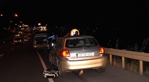 Duran Araca Çarpan Motosikletli, Arkadan Gelen Polisin Kullandığı Otomobilin Altında Kaldı
