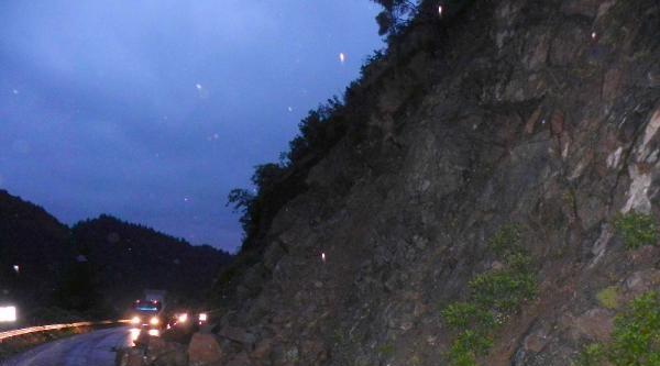 Düşen Kayaları Balyozla Parçalayıp Yolu Açtılar