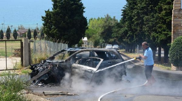 Duvara Çarpan Otomobil Yandı, 2 Kişi Yaralandı