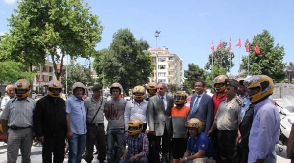 Düzce'de Motosiklet Sürücülerine Kask Dağıtıldı