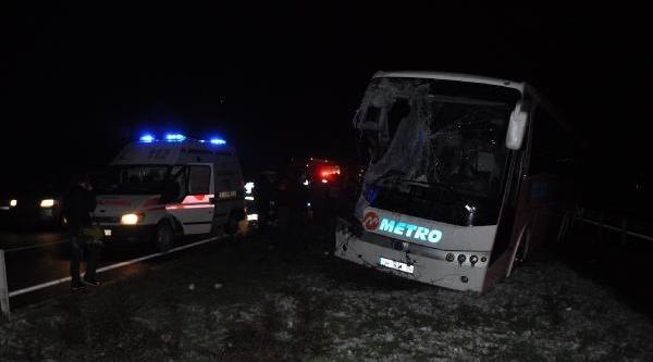 Düzce'de Yakit Tankeri Ile Otobüs Çarpişti: 1 Ölü, 4 Yarali