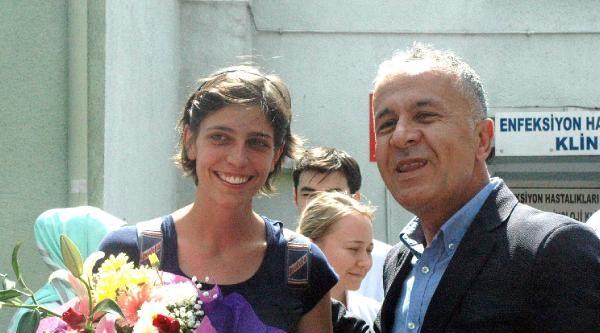 Ebola Virüsü Çikmayan İtalyan Kadın Çiçeklerle Uğurlandı