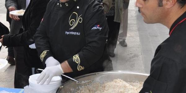 Ecevit'In Ölüm Yil Dönümünde Pilav Dağittilar