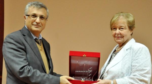 Edebiyatçı İnci Enginün'e Üstün Hizmet Ödülü