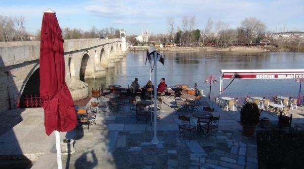Edirne'De Güneşli Havayi Görenler Parklara Koştu