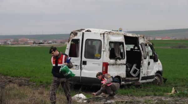 Edirne'de Servis Minibüsü Tarlaya Savruldu: Fizyoterapist Kadın Öldü, 17 Yaralı