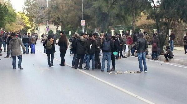 Ege Üniversitesi'nde Öğrencilerin Afiş Kavgasi: 2 Yarali- Fotoğraflar