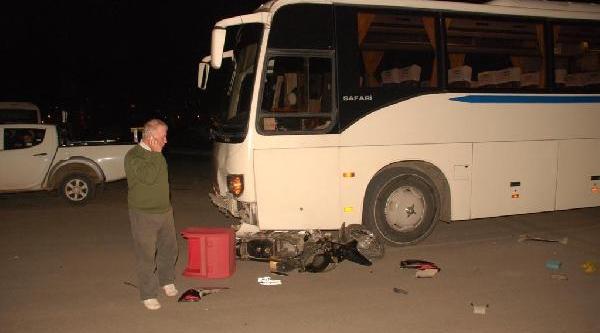 Ehliyetsiz Ve Kasksiz Kuryenin Kullandiği Motosiklet Otobüsle Çarpişti