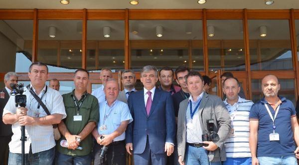 Ek Fotoğraf /// Cumhurbaşkanı Abdullah Gül, Havalimanı Muhabirleri İle Hatıra Fotoğrafı Çektirdi