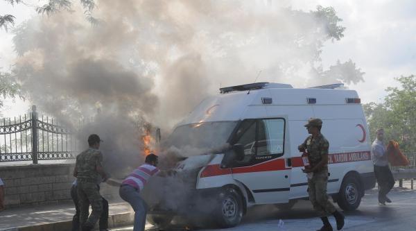 (ek Fotograflar) Askeri Ambulans Alev Alev Yandı