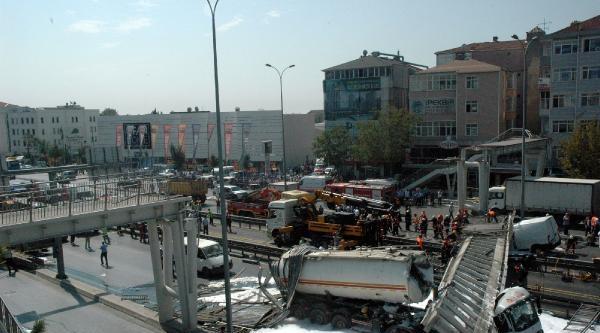 Ek Fotoğraflar/ Avcılar'da Tankerin Çarptiği Üst Geçit Çöktü: 2 Kişi Öldü Yaralılar Var
