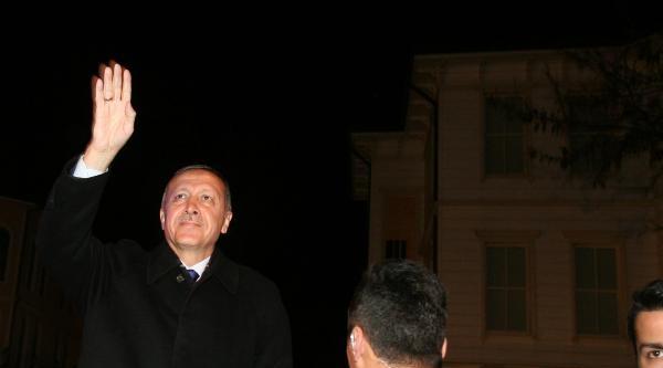 Ek Fotoğraflar / Başbakan Erdoğan Evinin Önünde Bekleyen Vatandaşları Selamladı