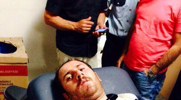 Ek Fotoğraflar /// Gaziosmanpaşa'da Bayrak İndirmeye Çalişan Kişi Bacağından Vuruldu