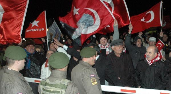 Ek Fotoğraflar / İlker Başbuğ Tahliye Oldu Yüzlerce Kişi Türk Bayraklarıyla Karşıladı