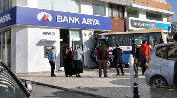 Ek Fotoğraflar / Minibüs Banka Şubesine Çarpti, 1'i Ağir 4 Yolcu Yaralandi