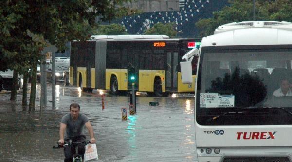 Ek  Fotoğraflar / Sağanak Yağmur Caddelerı Nehire Çevirdi