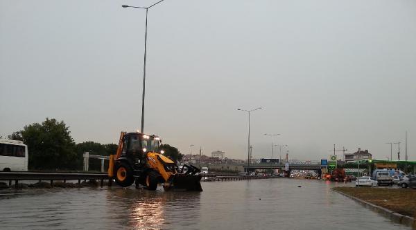 Ek Fotoğraflar // Sağanak Yağmur Nedeniyle Yollar Göle Döndü