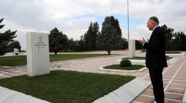 Ekmeleddin İhsanoğlu, Ecevit'in Mezarını Ziyaret Etti