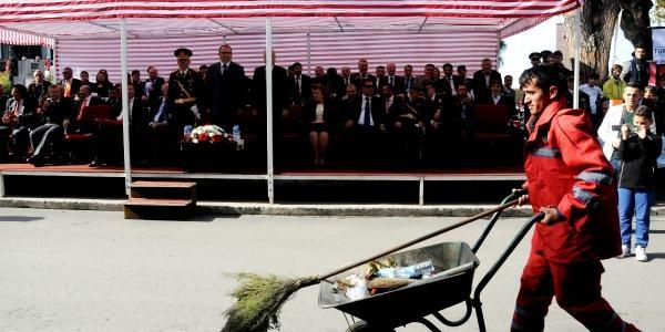 El Arabali Temizlik Görevlisi Geçit Töreninde