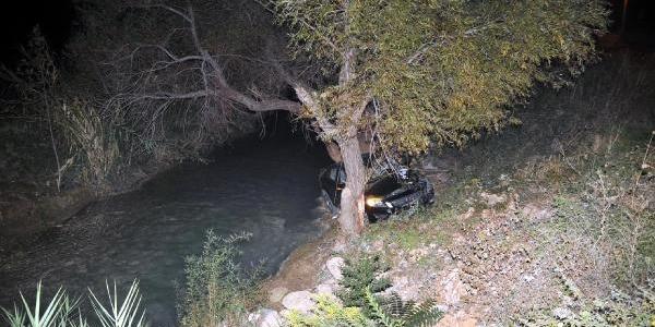 El Freni Çekilmeyen Otomobil Dereye Uçtu