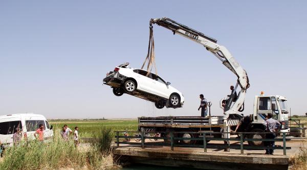 El Freni Çekilmeyen Otomobil Sulama Kanalına Düştü