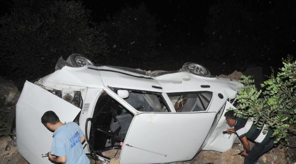 El Freni Çekilmeyen Otomobil Uçuruma Yuvarlandı