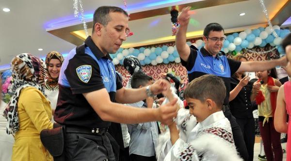 Elazığ Polisi, Dar Gelirli Ailelerin 50 Çocuğunu Sünnet Ettirdi