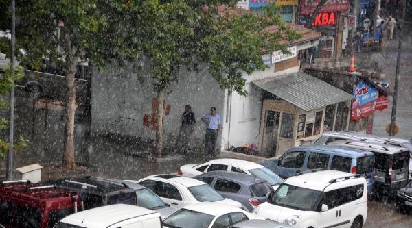 Elazığ Ve Mardin'de Sağanak Yağmur Serinliği