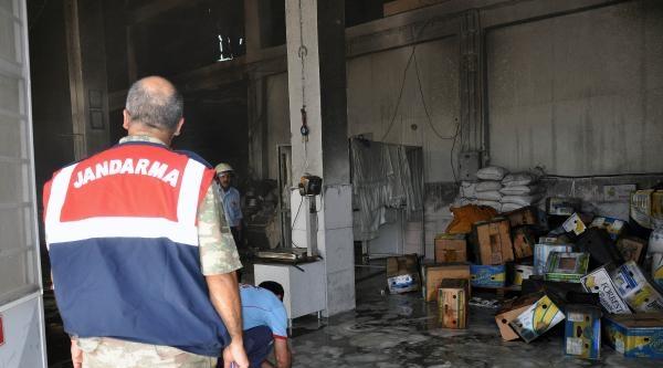 Elazığ'da Fabrika'da Yangın: 3 İtfaiyeci Zehirlendi