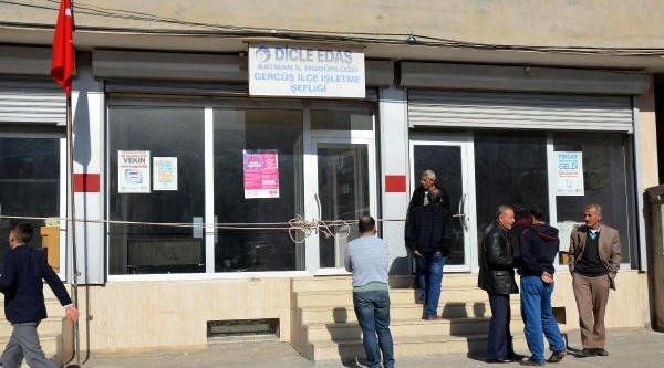 Elektriği Kesilen Belediye, Dedaş'i Personeli Içerdeyken Mühürledi