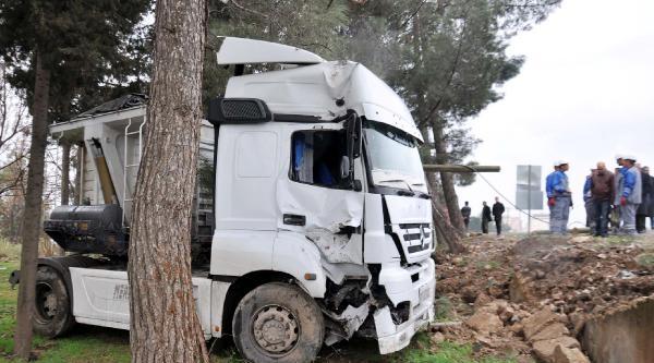 Elektrik Direğine Çarpan Tır'ın Sürücüsü Yaralandı