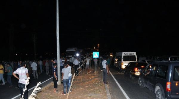 Elektrik Kesintilerini Protesto Eden Çiftçiler, Yol Kesip Jandarma Ve Polisle Çatişti