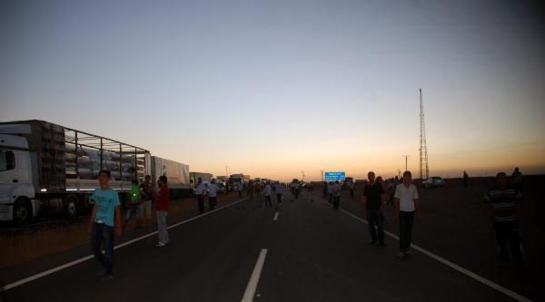 Elektrik Kesintilerini Protesto Eden Çiftçiler, Yol Kesip Jandarma Ve Polisle Çatişti (ek Fotoğraf)